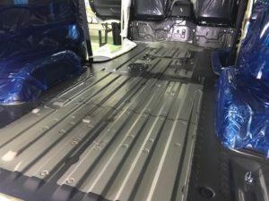 福祉車両に改造したハイエースのフロア加工