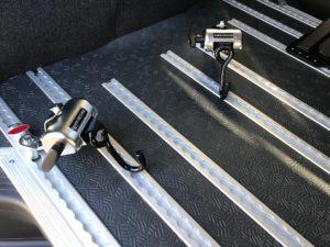 ハイエースを福祉車両に改造・車いす固定装置